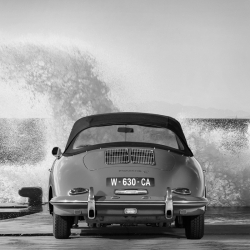 Cuadro de coches en canvas. Ocean Waves Breaking on Vintage Beauties